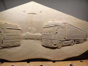 Bedrijfspand met vrachtwagens uitgesneden